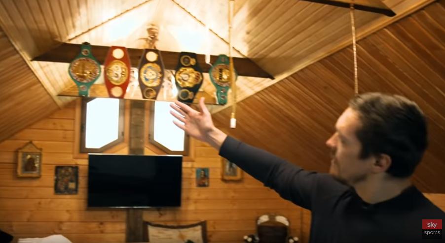 У Александра Усика На деревянных стенах находились иконы, в спальне стоял диван, с наполнителем из сена, а над диваном висели его наградные 4 пояса